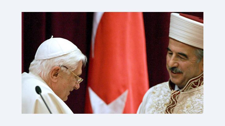 Auf seinem Türkeibesuch 2006 trifft Papst Benedikt XVI. den damaligen Amtsinhaber für religiöse Angelegenheiten der Türkei, Ali Bardakoglu; Foto: EPA/Patrick Hertzog