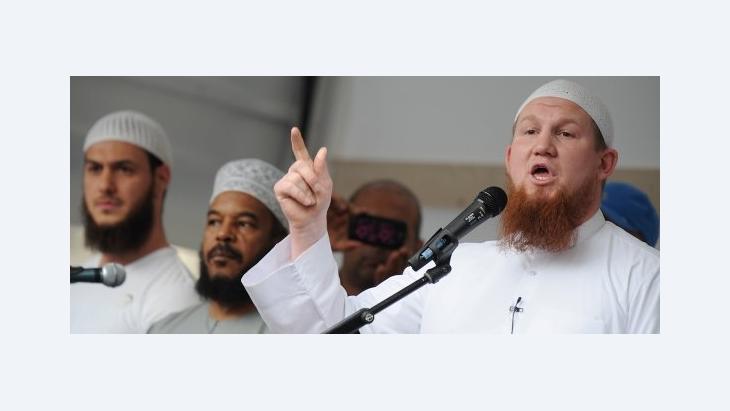 Der deutsche Salafist Pierre Vogel während einer öffentlichen Konversionszeremonie in Frankfurt; Foto: dpa