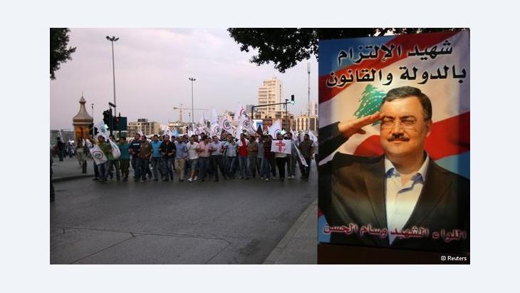 Demonstration in Beirut nach dem Bombenattentat am vergangenen Freitag: das Plakat zeigt den dabei ums Leben gekommenen Geheimdienstchef Wissam al-Hassan; Foto: Reuters