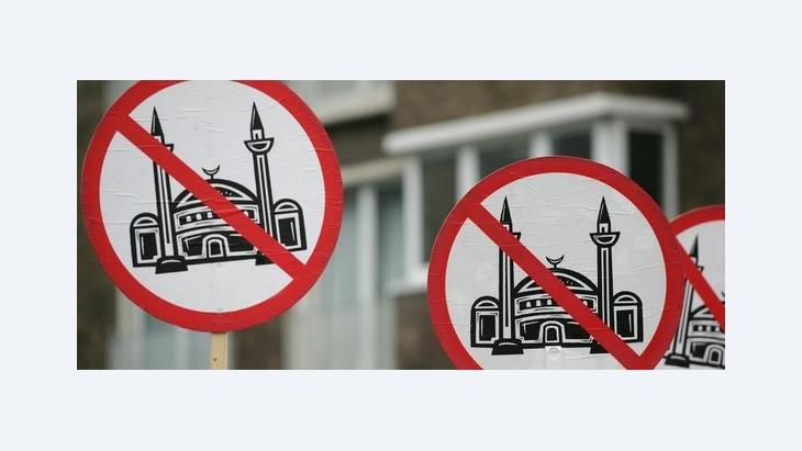 Anhänger von Pro Köln demonstrieren gegen den Moscheebau in Köln-Ehrenfeld; Foto: dpa
