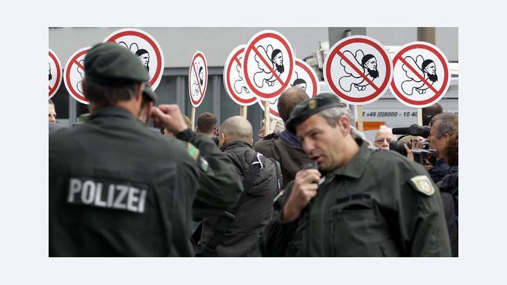 Anhänger der rechtspopulistischen Partei Pro NRW demonstrieren in Köln gegen den Moscheebau im Stadtteil Ehrenfeld; Foto: dpa/picture-alliance