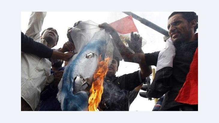 Ägyptische Demonstranten verbrennen eine israelische Fahne auf einer Demonstration gegen Israels Angriffe auf den Gaza-Streifen, 16. November 2012; Foto: Reuters/Mohamed Abd El-Ghany