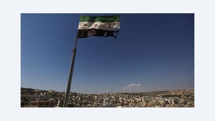 Fahne der FSA in einem Vorort von Aleppo; Foto: AP