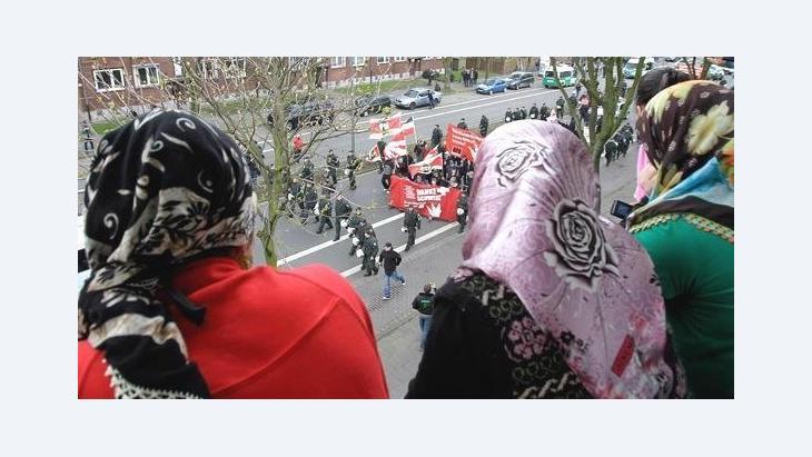 Muslimische Frauen beobachten eine NPD-Demonstration in Duisburg; Foto: AP