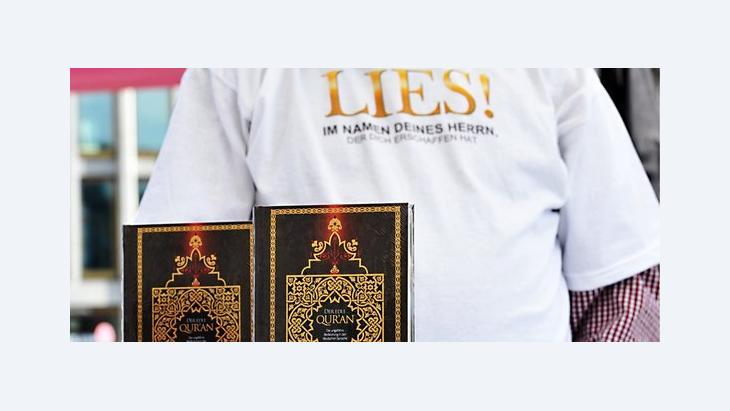 Salafisten auf dem Potsdamer Platz in Berlin verteilen Koran-Ausgaben; Foto: dpad