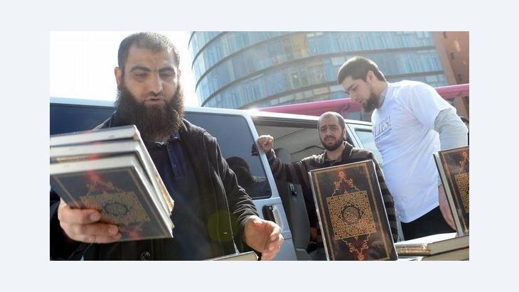 Salafisten beim Verteilen von kostenlosen Koranexemplaren in Berlin; Foto: dpa