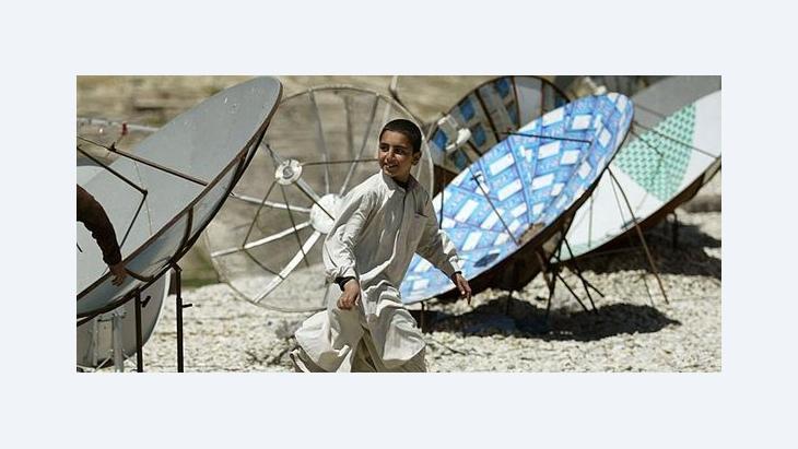 Afghanischer Junge inmitten von TV-Satellitenschüsseln in Kabul; Foto: AP