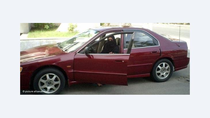 Saudische Frau steigt in einen PKW ein; Foto: dpa