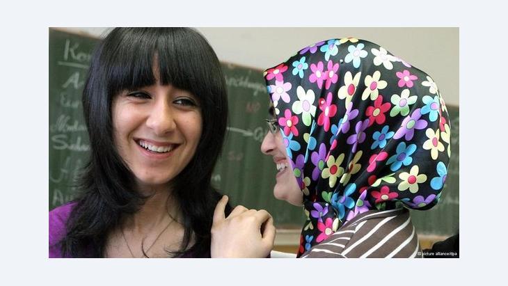 Schülerinnen türkischer Herkunft in einer Schulklasse in Deutschland; Foto: dpa/picture-alliance