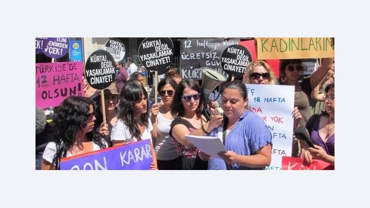 Protestveranstaltung gegen Abtreibungsgesetz in Istanbul mit Selen Lermioğlu Yılmaz (r.); Foto: Fatma Kayabal