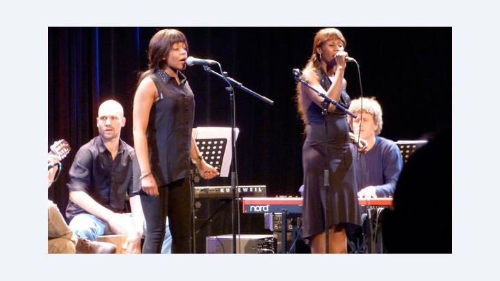 Auftritt der Musikerin Sister Fa (r.) bei der Eröffnung der Akademie der Künste der Welt in Köln; Foto: DW/Birgit Görtz