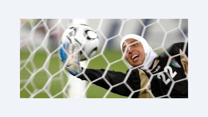 Die mit einem Kopftuch spielende jordanische Torfrau Misda Ramounieh während der 15. Asienspiele; Foto: picture-alliance/dpa