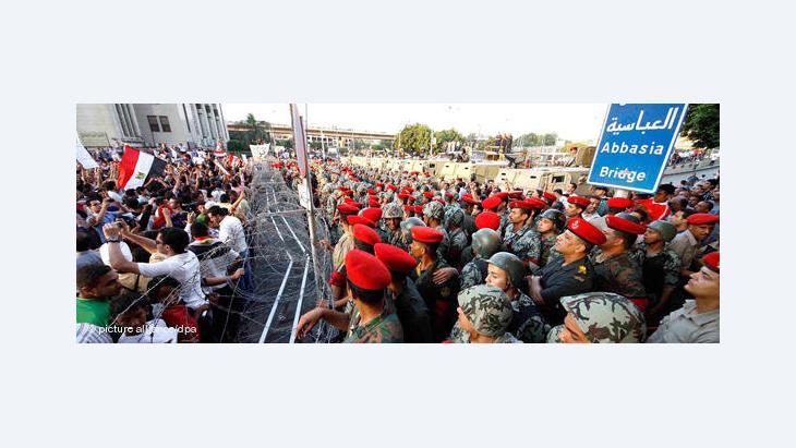 Demonstranten in Kairo werden am 23. Juli auf ihrem Marsch zum Tahrir-Platz zum Verteidigungsministerium von Soldaten aufgehalten, Foto: dpa