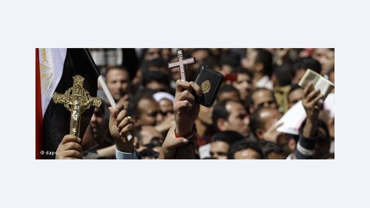 Demonstranten auf dem Tahrir-Platz halten Kreuz und Koran hoch; Foto: dapd