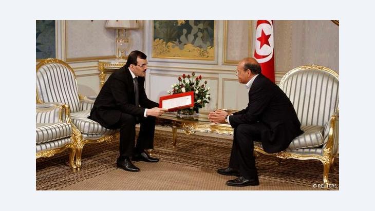 Tunesiens Premierminister Ali Larayedh (links) übergibt die Liste der neuen Regierungskoalition an Präsident Moncef Marzouki, Foto: REUTERS/Zoubeir Souissi