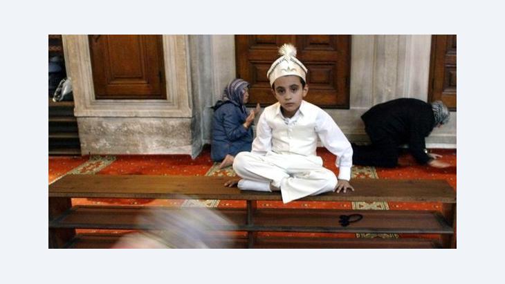 Ein türkischer Junge im traditionellen Zirkumzisionskostüm in einer Moschee in Istanbul; Foto: AP