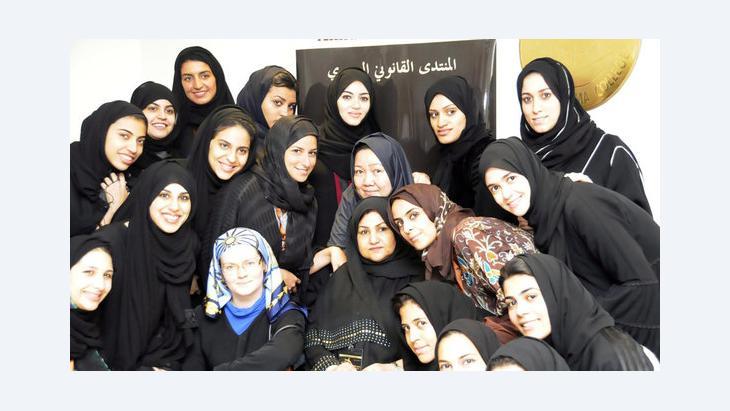 Saudische Frauen, die zu den ersten weiblichen Juristinnen in Saudi-Arabien gehören, mit ihren Professorinnen am Dar al-Hikma College; Foto: picture-alliance/dpa