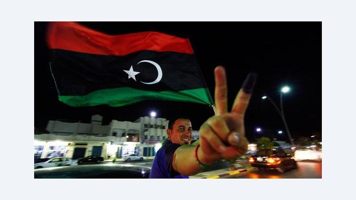 Ein Mann mit libyscher Flagge bei Feiern am Ende des Wahltags in Sirte am 7. Juli 2012; Foto: Reuters