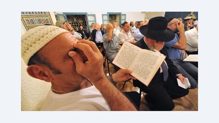 Jüdische Männer beim Gebet in der Amram-ben-Diwan-Synagoge während einer jüdischen Pilgerreise in Nordmarokko (Foto: Abdelhak/AFP/GettyImages)