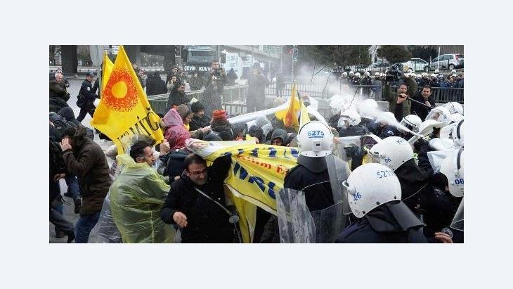 Zusammenstoß zwischen Polizei und Demonstranten gegen die geplante Schulreform in Ankara am 28.03.2012; Foto: Reuters