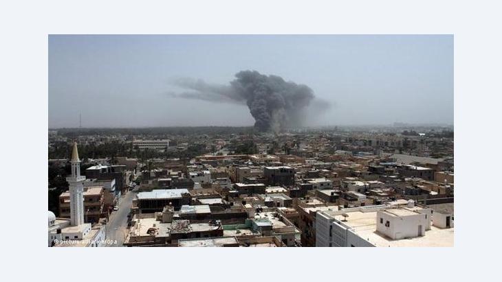 Rauchwolken über Tripolis nach einem Luftschlag der NATO am 7. Juni 2011; Foto: dpa/picture-alliance
