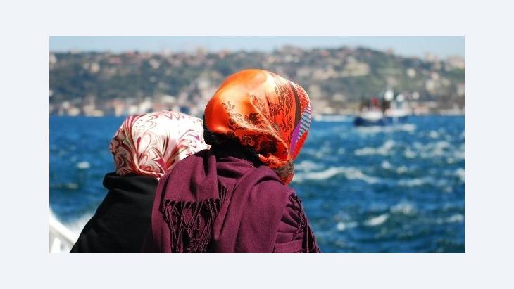Zwei Frauen in einem Boot auf dem Bosporus; Foto: © Varbenov