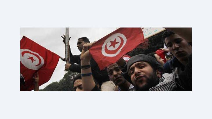 Tunesier feiern den Sturz des Diktators Ben Ali; Foto: AP