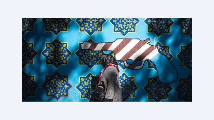 Iranerin passiert Wandbild an ehemaliger US-Botschaft in Teheran; Foto: Reuters