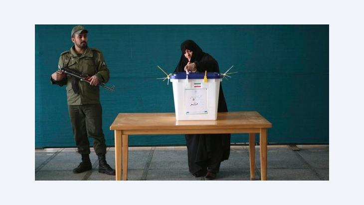 Frau bei der Stimmabgabe in Teheran; Foto: Reuters