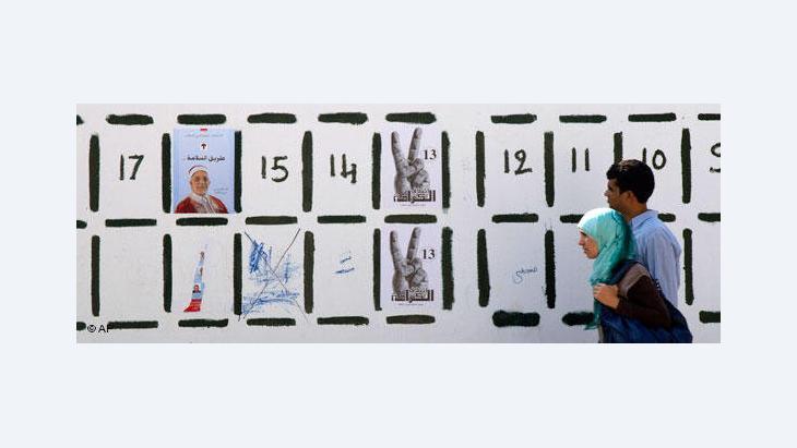 Kandidatenliste zur Wahl auf einer Wand in Tunis; Foto: AP