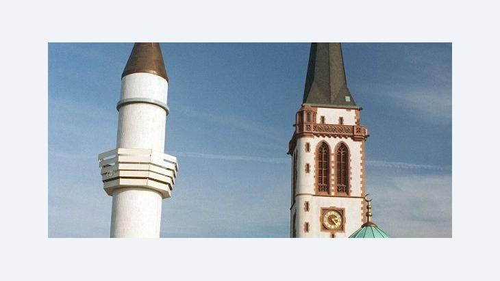 Das Minarett der Yavus Sultan Selim Moschee in Mannheim neben dem Kirchturm der Liebfrauenkirche; Foto: dpa
