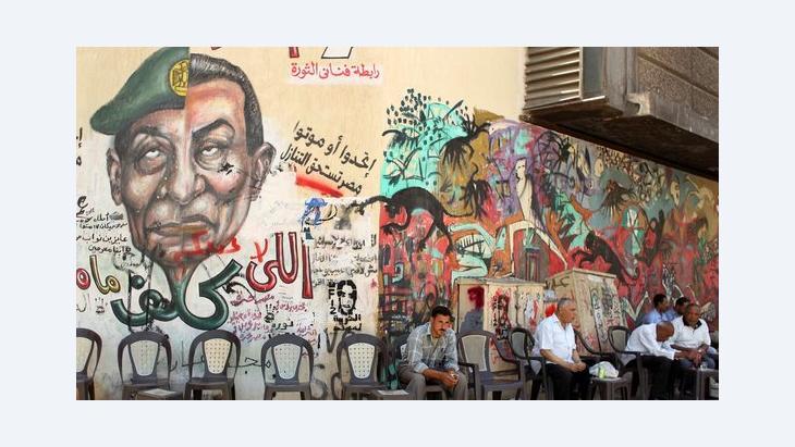 Die beiden Gesichter des Regimes: Graffiti vor einem Kaffeehaus in Kairo mit dem Gesicht Tantawis und Mubaraks; Foto: Reuters