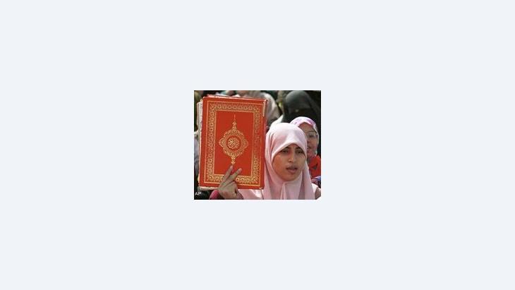 Eine marokkanische Frau demonstriert mit dem Koran in der Hand; Foto: AP/Abdeljalil Bounhar