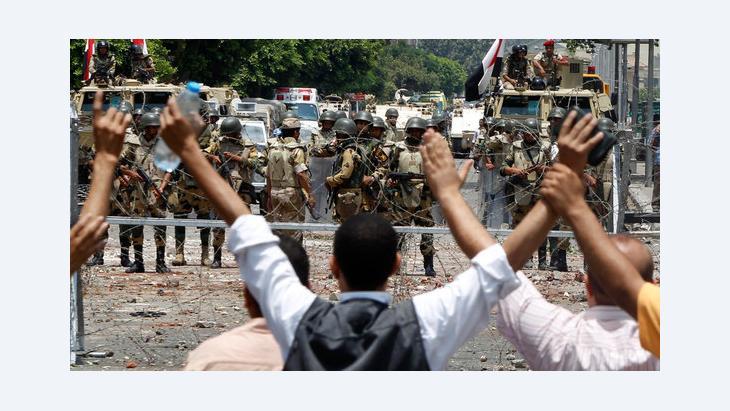 Anhänger der Muslimbruderschaft demonstrieren vor dem dem Hauptquartier der Republikanischen Garden für die Freilassung Mursis; Foto: Reuters