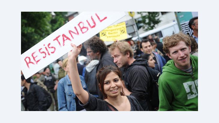 Proteste von Türken und Deutschen in Berlin gegen die gewaltsame Auflösung von Protestkundgebungen in Istanbul; Foto: Ole Spata/dpa