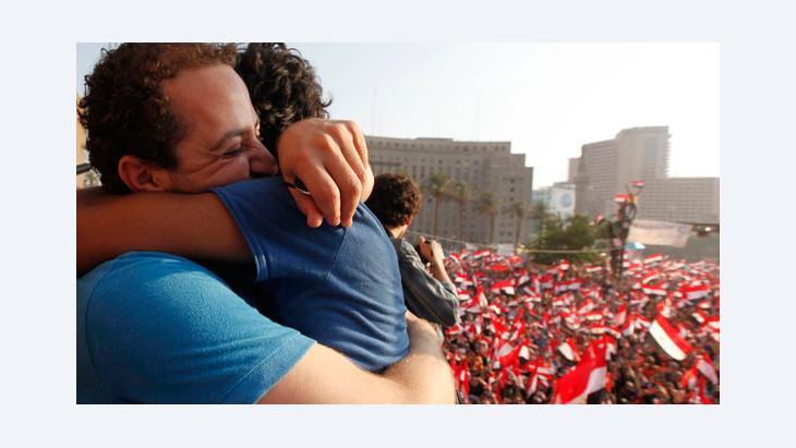 Umarmung von Mursi-Gegnern vor dem Tahrir-Platz in Kairo; Foto: Reuters