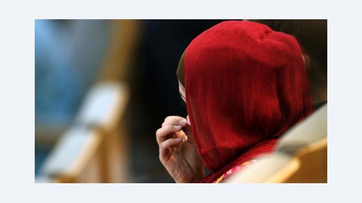 Eine junge Frau mit Kopftuch verfolgt eine Sitzung im Düsseldorfer Landtag; Foto: dpa