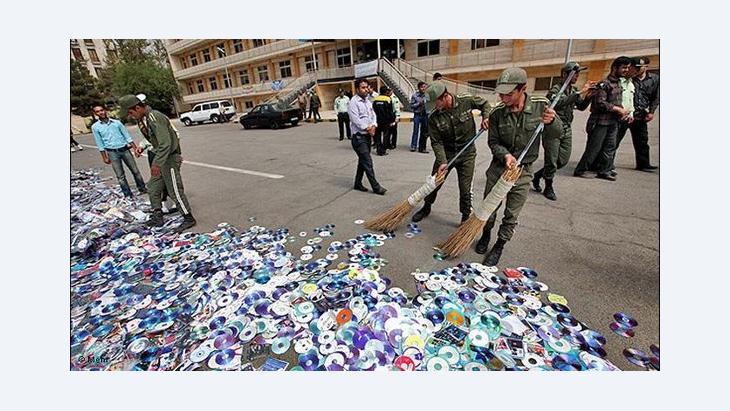 Vernichtung von unerlaubten Musik-CDs und DVDs im Iran; Foto: MEHR