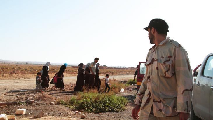 Bewaffnete Milizen und Flüchtlinge bei Misrata; Foto: DW/Gaia Anderson