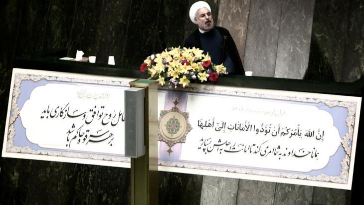 """""""Der Iran hat sein Bestes versucht, eine Konfrontation in Syrien ganz zu vermeiden"""", erklärte jüngst Irans Präsident Rohani. Falls es doch noch zu Militärschlägen gegen Damaskus kommen sollte, hoffe er auf einen kurzen Einsatz mit wenig Schäden. Teheran werde dann humanitäre Hilfe leisten."""