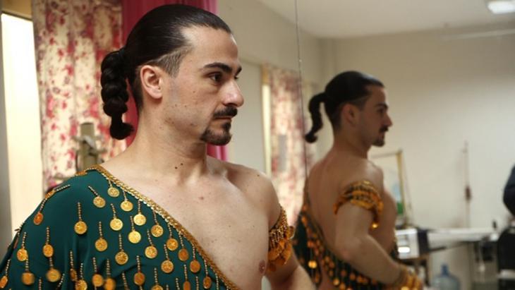 Türken finden zunehmend Gefallen an männlichen Bauchtänzern.