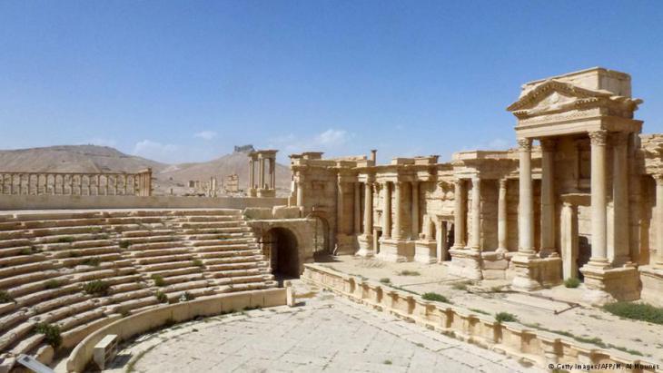 Römisches Theater:  Diese aktuelle Aufnahme zeigt, dass das um 200 n. Chr. erbaute Amphitheater in gutem Zustand ist. Zu sehen sind die Palastfront und die Zuschauerränge. Einst wurden hier Stücke in aramäischer Sprache aufgeführt. Der IS missbrauchte das Theater als Hinrichtungsstätte von 25 Syrern im Mai vergangenen Jahres.