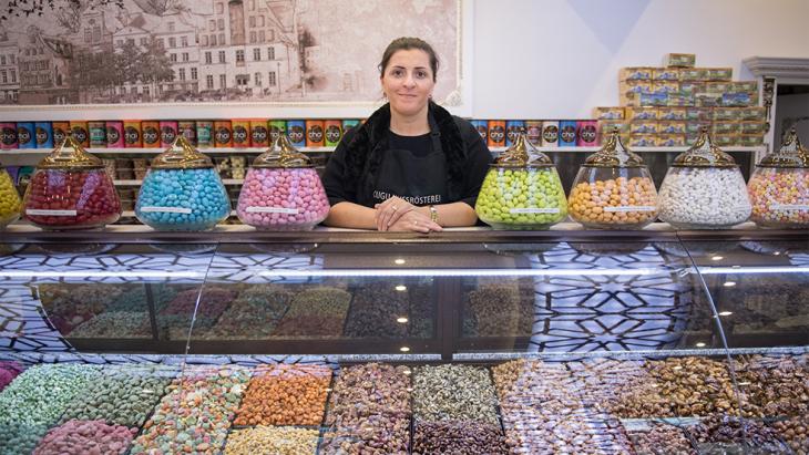 Kugu Nussrösterei, Gül Tazegül: Wir verkaufen generell mehr während des Ramadan, vor allem Datteln und ungesalzene Nüsse mögen die Leute. Mit gesalzenen Nüssen hätte man am nächsten Tag zu viel Durst, und man darf ja den ganzen Tag nichts trinken.