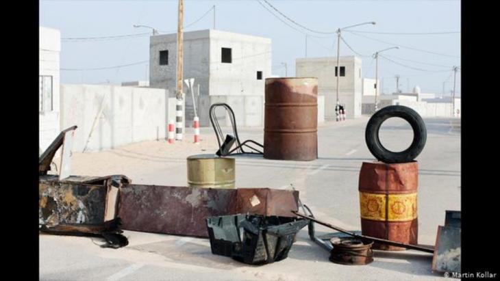 Kollar verbrachte das Jahr 2010 in Israel und reiste dort viel herum. Er erkundete mit der Kamera, wie und wo sich die andauernde subtile Präsenz der Kriegs- und Konfliktsituationen zwischen Israelis und Palästinensern im Alltag niederschlägt. Oft fand er seltsame Anordnungen, eigenartige Stilleben von Belagerungen und Sperren. Es obliegt der Fantasie des Betrachters, sie mit Bedeutung zu füllen.