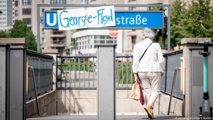 Die Berliner U-Bahnhaltestelle Mohrenstraße - überklebt mit dem Namen von George Floyd, dem Afroamerikaner, der durch einen weißen Polizisten in Minneapolis getötet wurde