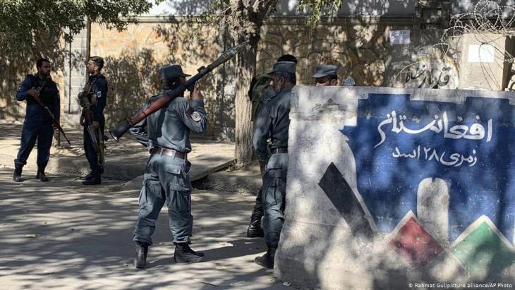 Afghanische Polizisten sichern einen Zugang zu der Hochschule in Kabul.