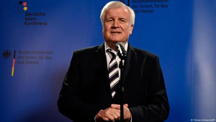 Der Bundesinnenminister hat die deutsche Islamkonferenz als Erfolg bezeichnet. Sie trage dazu bei Gläubige des Islam in die Gesellschaft einzubinden.