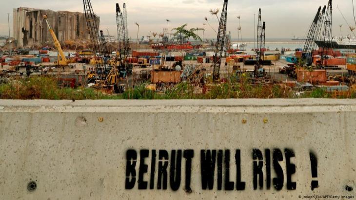 """""""Beirut wird aufstehen!"""" Graffiti am Hafen, in Sichtweite der Zerströung durch die Explosionskatastrophe."""