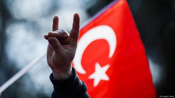 Wolfsgruß bei einer Kundgebung türkischer Nationalisten und national-konservativer Organisationen in Hamburg.