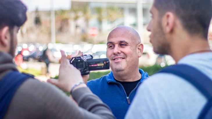 Corey Gil-Shuster, Direktor des International Program in Conflict Resolution and Mediation an der Universität Tel Aviv, während Dreharbeiten.